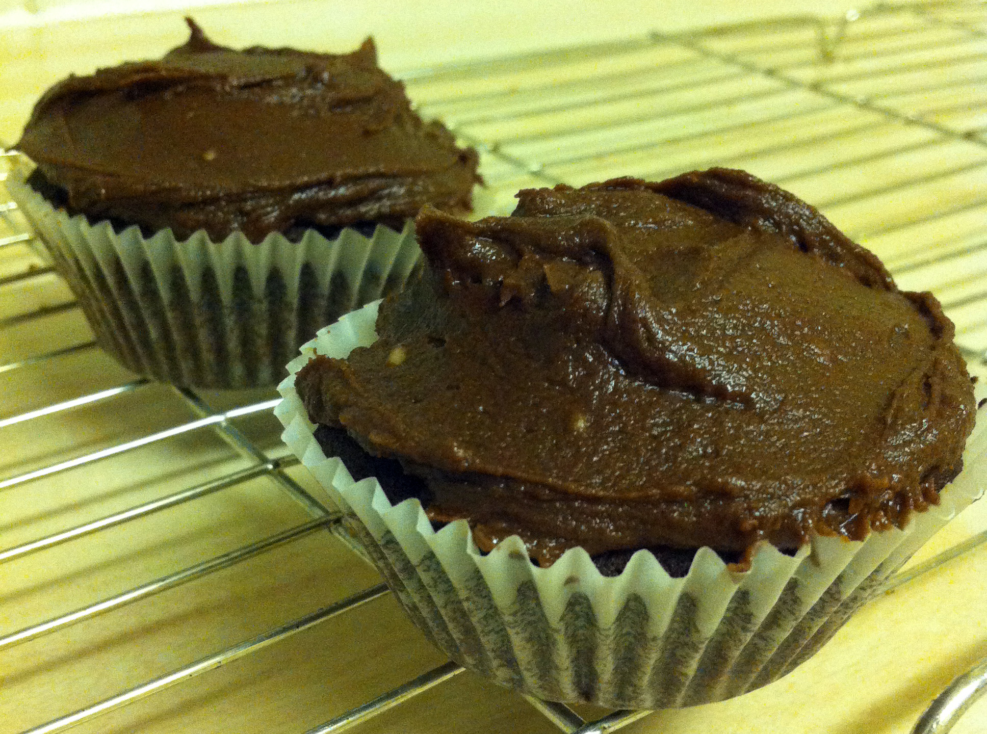 Chocolate cakes with chocolate fudge topping